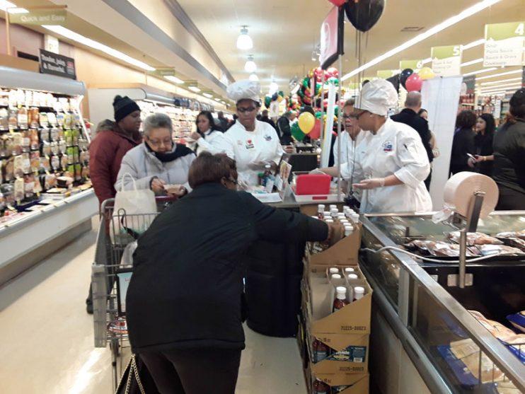 Customers sampling MuCustomers sampling MUMBO Saucembo Sauce